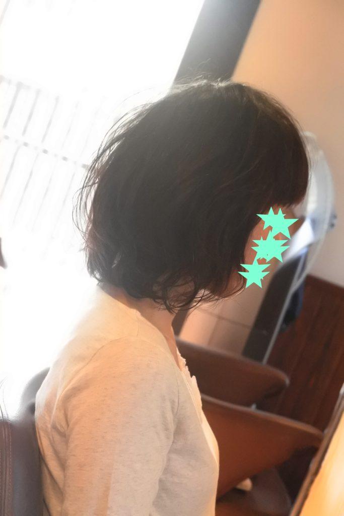 肩口で跳ねる髪は、跳ねる上側の空間を埋めるようパーマをするといい