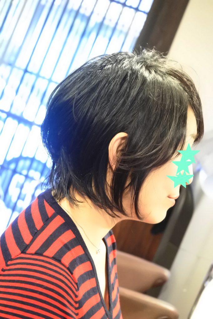 右サイドの髪が跳ねる方は乾ききった髪が原因かもしれません。