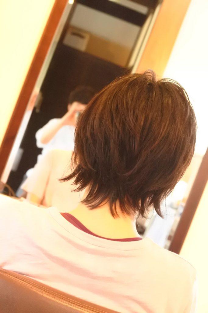 外に跳ね始めたのばしかけの髪、内に収まって解決したことがない女性へ